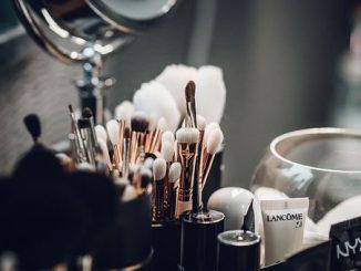 Quanto dura un cosmetico? Come verificare la scadenza di creme e rossetti